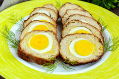Meatloaf faszerujący z gotowanymi jajkami, pokrajać Obrazy Stock