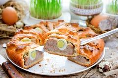 Meatloaf tradicional da receita do alimento da Páscoa enchido com ovos imagens de stock royalty free
