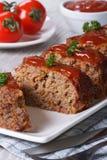 Meatloaf z ketchupu zbliżeniem, pionowo Obrazy Stock