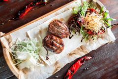 Meatloin jugoso de la carne asada en tablón de madera con maíz, la cebolla y la pimienta del top foto de archivo libre de regalías