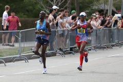 Meb e Korir corre nella maratona di Boston il 17 aprile 2017 Immagini Stock