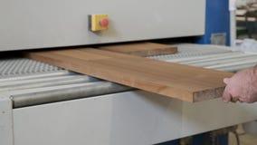 Meblarski cieśli warsztat w górę ręka cieśli mężczyzn pracuje z drewnianymi deskami na sanding maszynie, zbiory wideo