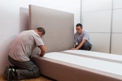 Meblarski producent ustawia łóżko zdjęcia royalty free