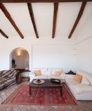 Mebluje żywego pokój z pięknymi szalunków promieniami fotografia stock