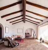 Mebluje żywego pokój z pięknymi szalunków promieniami zdjęcia royalty free