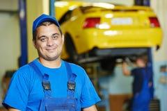 Mecánico auto del reparador en el trabajo Foto de archivo libre de regalías