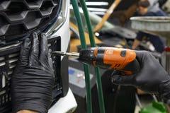 Mecánico auto que repara el coche Foco selectivo imágenes de archivo libres de regalías