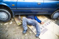 Mecánico bajo un coche imagen de archivo libre de regalías