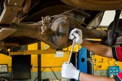 Mecánico Changing Gear Oil bajo elevación Imágenes de archivo libres de regalías