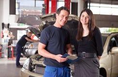 Mecánico con el cliente Fotos de archivo libres de regalías