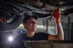 Mecánico de automóviles del especialista en el servicio del coche fotos de archivo