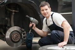 Mecánico de automóviles en el trabajo. fotografía de archivo
