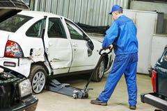 Mecánico de automóviles en el trabajo de la reparación foto de archivo