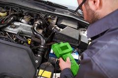 Mecánico de automóviles en trabajo imágenes de archivo libres de regalías