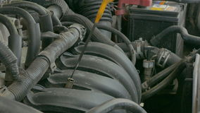 Mecánico de automóviles que trabaja examinando el motor del motor de coche con una antorcha Servicio de reparación almacen de metraje de vídeo
