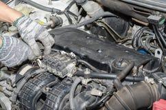 Mecánico de automóviles reparing un sistema del LPG del coche Foto de archivo libre de regalías