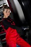 Mecánico de coche atractivo Fotos de archivo libres de regalías