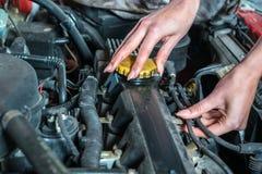 Mecánico de coche de sexo femenino en servicio de reparación auto Foto de archivo libre de regalías