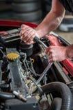 Mecánico de coche en el servicio de reparación auto, comenzando Fotografía de archivo