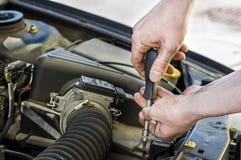Mecánico de coche en el trabajo fotografía de archivo libre de regalías
