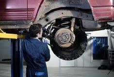 Mecánico de coche en el trabajo foto de archivo libre de regalías