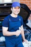 Mecánico de coche en el trabajo Fotos de archivo
