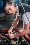 Mecánico de coche en servicio de reparación auto Fotografía de archivo libre de regalías