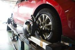 Mecánico de coche que instala el sensor durante el ajuste de la suspensión Whe Foto de archivo libre de regalías