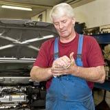 Mecánico de coche que limpia sus manos Foto de archivo libre de regalías