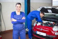 Mecánico de coche en garaje o taller imágenes de archivo libres de regalías