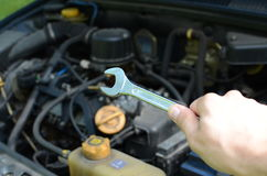 Mecánico de coche que trabaja en el motor Imagen de archivo