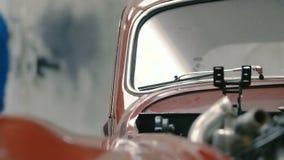 Mecánico de coche Walking Left Behind un coche clásico metrajes