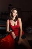 Mecánico de la muchacha en un garaje Fotos de archivo