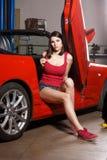 Mecánico de la muchacha en un garaje Fotografía de archivo libre de regalías