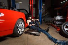 Mecánico de la muchacha en un garaje Fotografía de archivo