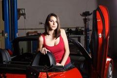 Mecánico de la muchacha en un garaje Foto de archivo libre de regalías