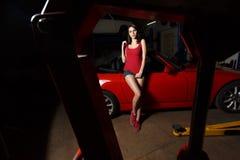 Mecánico de la muchacha en un garaje Imagen de archivo