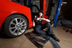 Mecánico de la muchacha en un garaje Imagenes de archivo