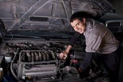 Mecánico de la reparación auto Fotografía de archivo libre de regalías