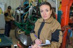 Mecánico de sexo femenino en el trabajo en fábrica fotos de archivo