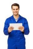 Mecánico de sexo masculino feliz Using Digital Tablet imágenes de archivo libres de regalías