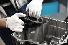 Mecánico del garaje del taller de la reparación de automóviles de la reparación de la caja de engranajes del coche imagen de archivo libre de regalías
