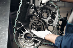 Mecánico del garaje del taller de la reparación de automóviles de la reparación de la caja de engranajes del coche fotografía de archivo libre de regalías