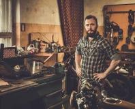 Mecánico en un taller Foto de archivo libre de regalías