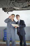 Mecánico Explaining al hombre de negocios Imagen de archivo libre de regalías