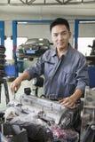 Mecánico Fixing Car Engine Fotos de archivo libres de regalías
