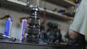 Mecánico In The Garage que repara la caja de cambios almacen de video