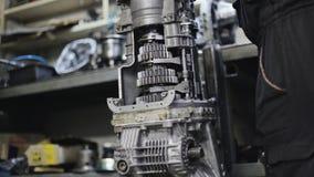 Mecánico In The Garage que repara la caja de cambios metrajes