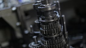 Mecánico In The Garage que repara la caja de cambios almacen de metraje de vídeo