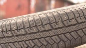 Mecánico Holding Car Tire en el garaje metrajes
